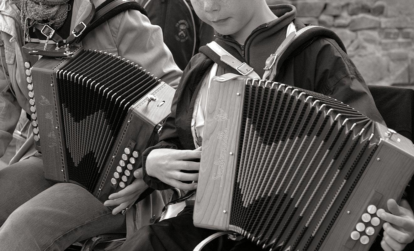 Les cours - le repair de l'accordeon (© Galorbe)